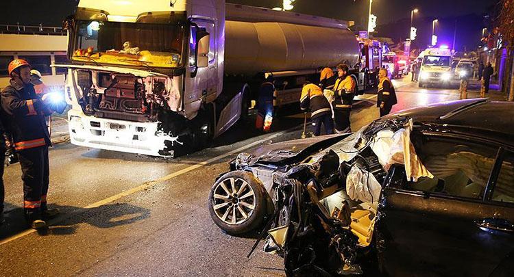 Beşiktaş'ta otomobil ile tanker çarpıştı