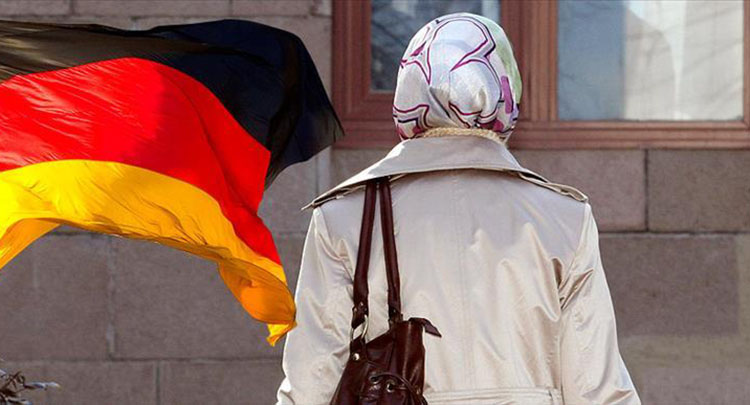 Berlin'de bir genç kız, başörtülü olduğu için tramvaydan indirildi
