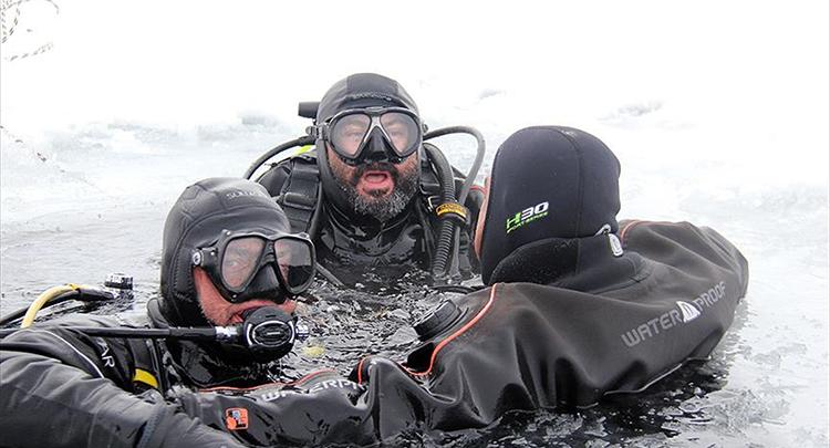 Buzla kaplı göle daldılar