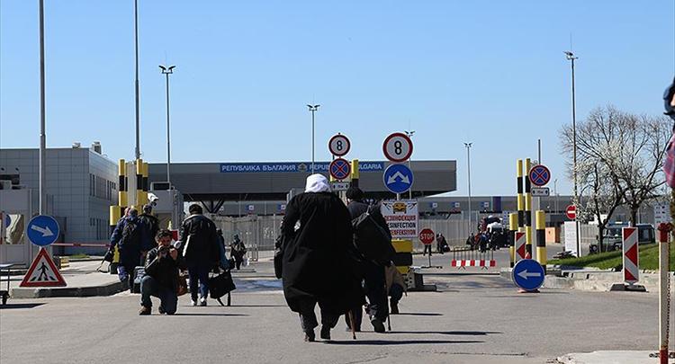 Seçmenler sınırı yürüyerek geçmeye başladı