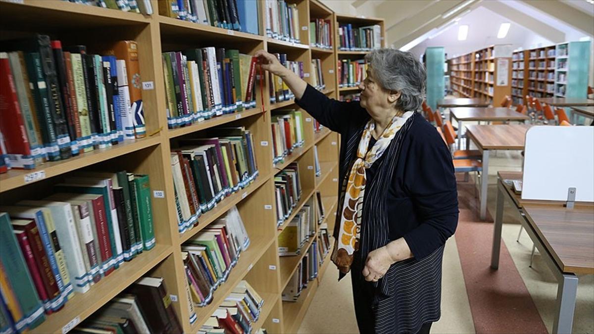 Halk kütüphanesinin 75 yaşındaki müdavimi gençlere örnek oluyor
