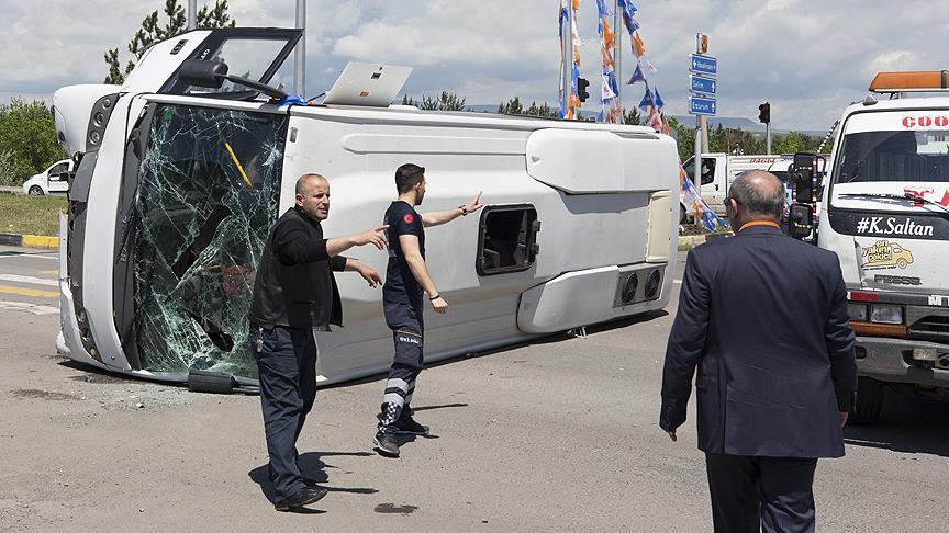 Kars'ta otomobil ile askerleri taşıyan midibüs çarpıştı: 16 yaralı