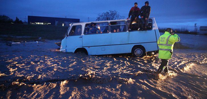Edirne'de kuvvetli yağış nedeniyle bazı ev ve iş yerlerini su bastı