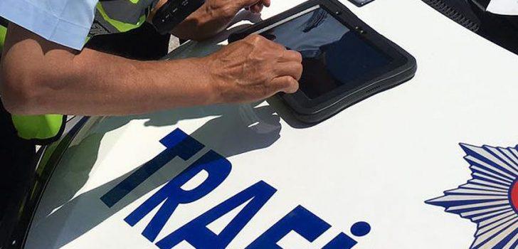 Resmi aracı yaya kaldırımına park eden trafik polisine ceza