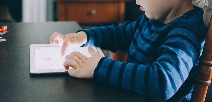 Anne ve babalara sosyal medyada çocuk istismarı uyarısı