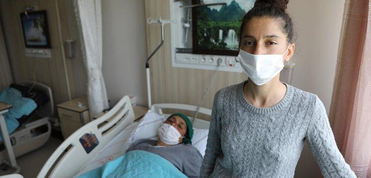 Enkazdan çıkartılan kadın, kızının da kurtulduğuna seviniyor