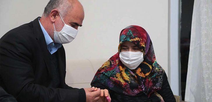 Cumhurbaşkanı Erdoğan yüzüğünü Milli Dayanışma Kampanyası'na bağışlayan kadına aynı yüzüğü hediye etti