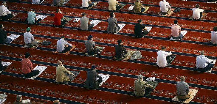Camiler 5 vakit cemaatle namaza açılıyor
