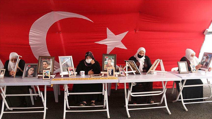 Diyarbakır anneleri bayramda da evlatlarının yolunu gözlüyor