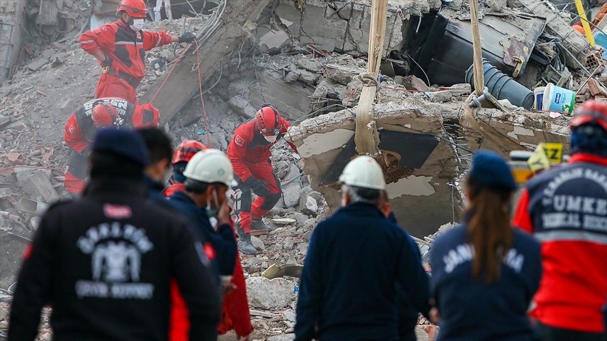 İzmir'de arama kurtarma çalışmaları 4 bina enkazında devam ediyor