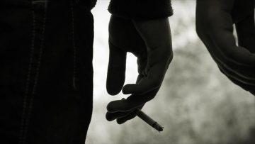 Sigara içerken üflenen hava Kovid-19 bulaşı riskini geniş alana taşıyor