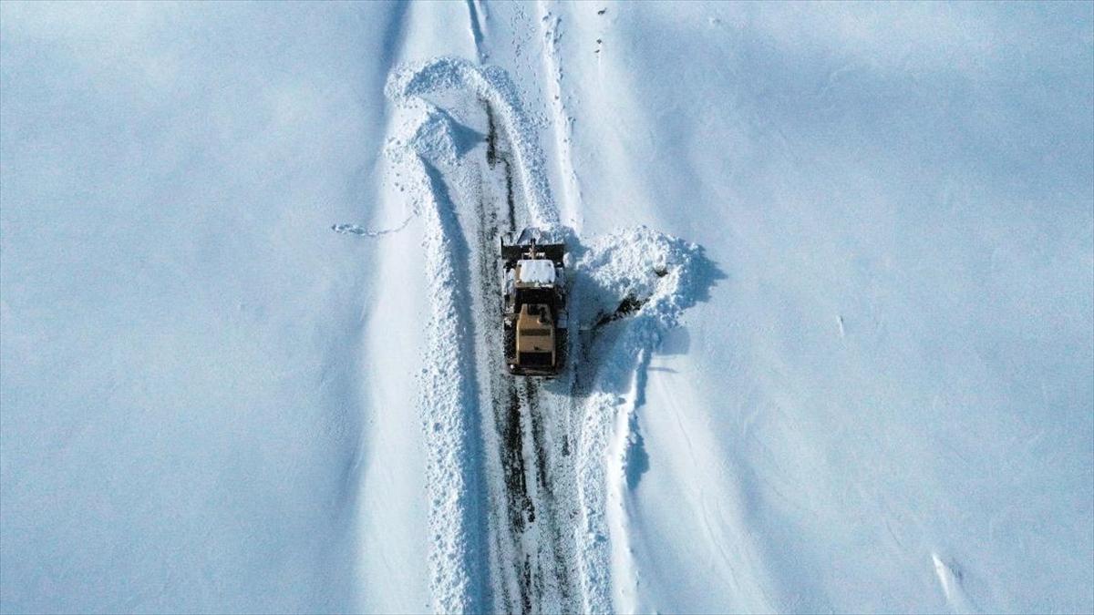 Doğu Anadolu'da kar ve tipi nedeniyle 98 köy yolu ulaşıma kapandı