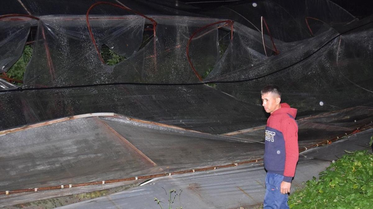 Kumluca'da sağanak ve rüzgar ev ve seralarda zarara yol açtı