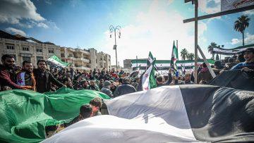 Suriye'de yerlerinden edilerek İdlib'e sığınmak zorunda kalan siviller evlerine dönebilmek için gösteri düzenledi