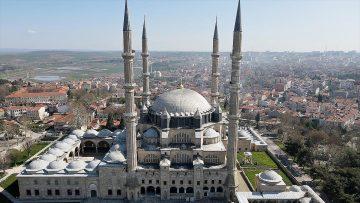 Selimiye Camisi minarelerine ramazan mahyası asıldı