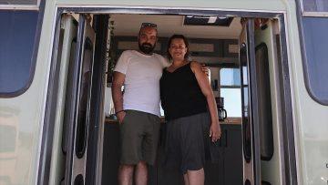 Sürekli iş seyahatine çıkan çift konaklama sorununu eve dönüştürdükleri otobüsle çözdü