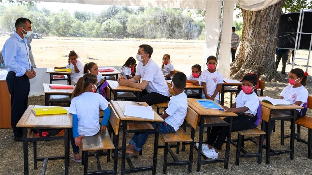 MEB, 'Telafide Ben de Varım' programı kapsamında Mobil Okullarla tarlalarda da eğitim veriyor
