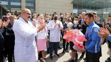 Ampute Milli Futbol Takımı 'kupa' sözü verdikleri sağlıkçıları ziyaret etti