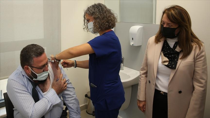 Eskişehir'de TURKOVAC'ın Faz-3 çalışması için gönüllü olan iki kişi aşılarını yaptırdı