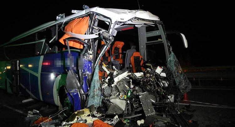 Eskişehir'de yolcu otobüsü tıra çarptı: 1 ölü, 29 yaralı