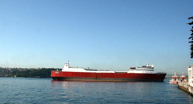 İstanbul'da yük gemisi karaya oturdu
