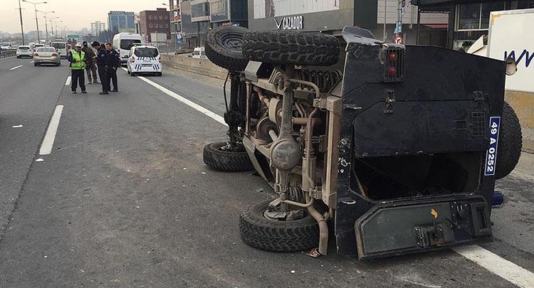 İstanbul'da polis aracı devrildi