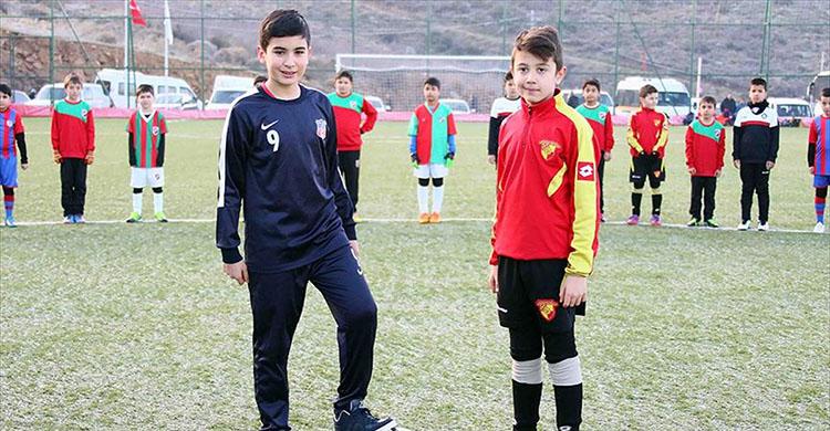 Minik futbolcular şehit Fethi Sekin için sahada