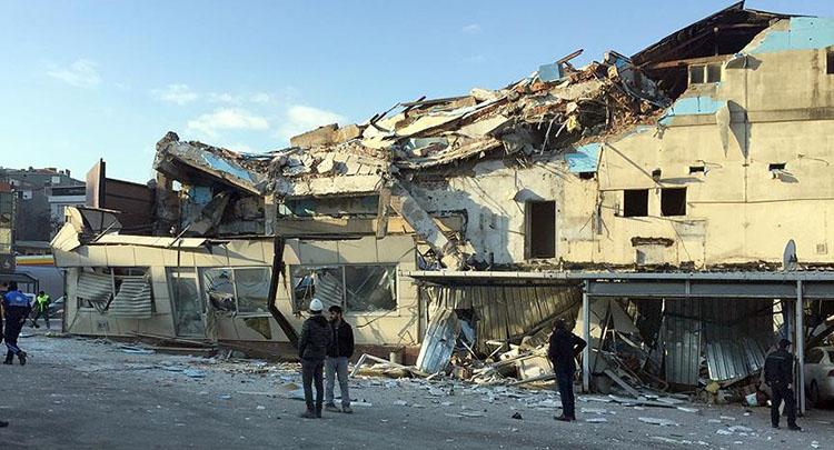 Beyoğlu'nda yıkım çalışması süren bina çöktü