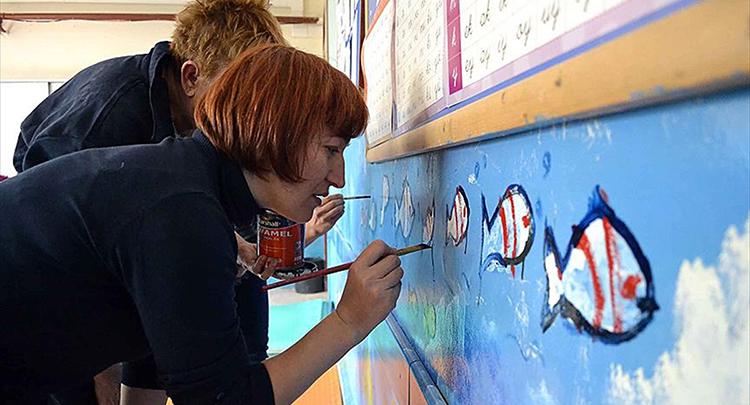 Kadın gönüllüler öğrencilerin mutluluğu için çalışıyor