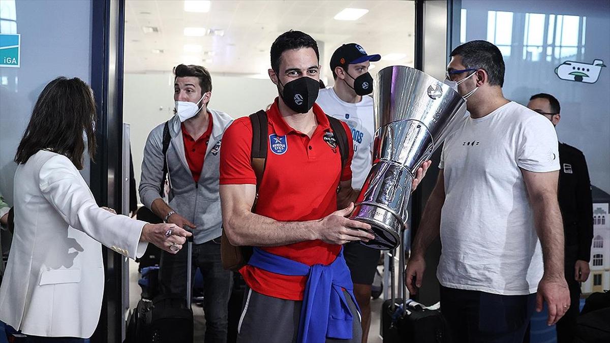 THY Avrupa Ligi şampiyonu Anadolu Efes İstanbul'a geldi