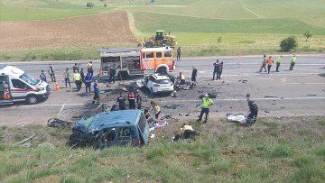 Sivas'ta hafif ticari araç ile otomobil çarpıştı: 9 ölü