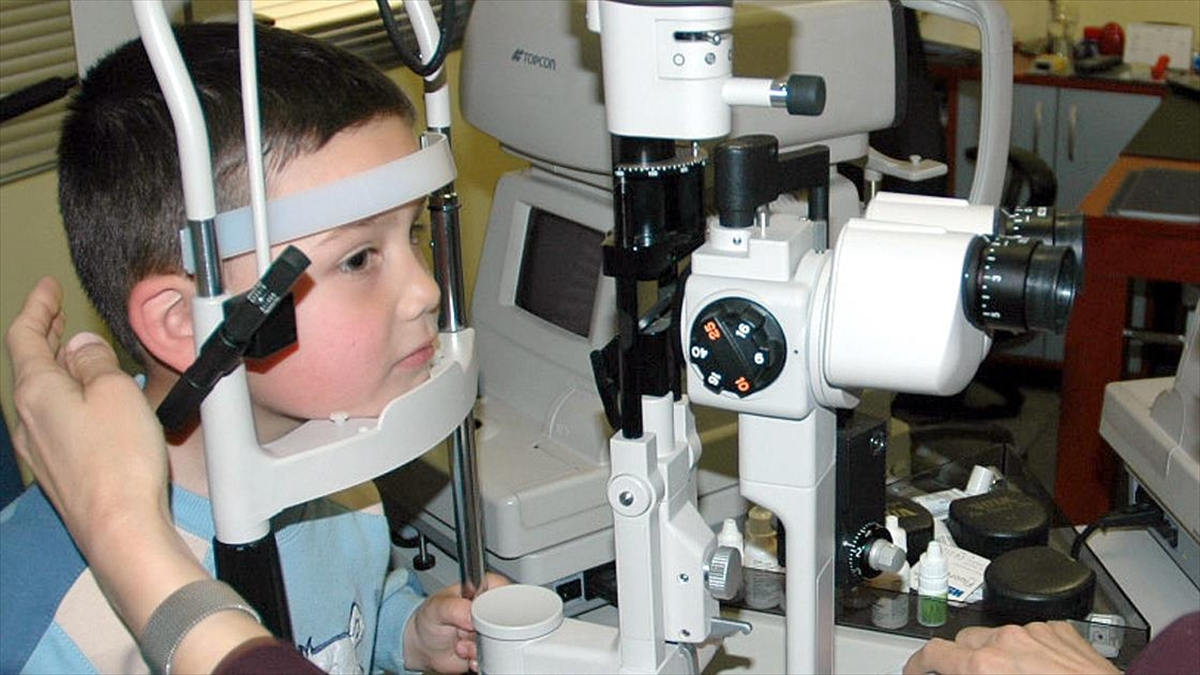 Okula yeni başlayan çocuklara göz muayenesi yaptırılması önerisi