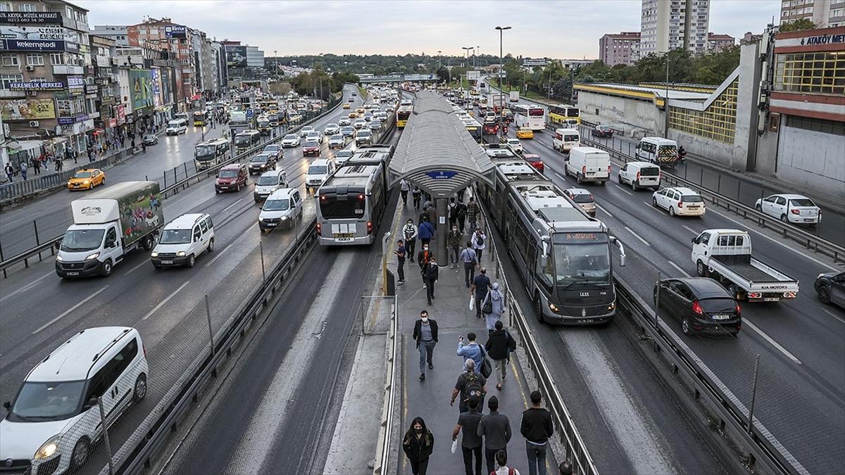 İstanbul'da sağanağın etkisiyle trafik yoğunluğu arttı
