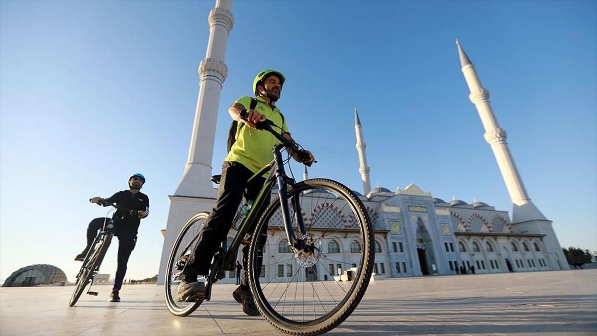 Üsküdarlı gençler müftü ve imamlarla 'iki teker iki dünya' sloganıyla pedal çeviriyor